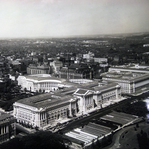 A 1930s aerial photograph of the Federal Triangle hightlights the gap in the roofline prior to the construction of the Reagan building.